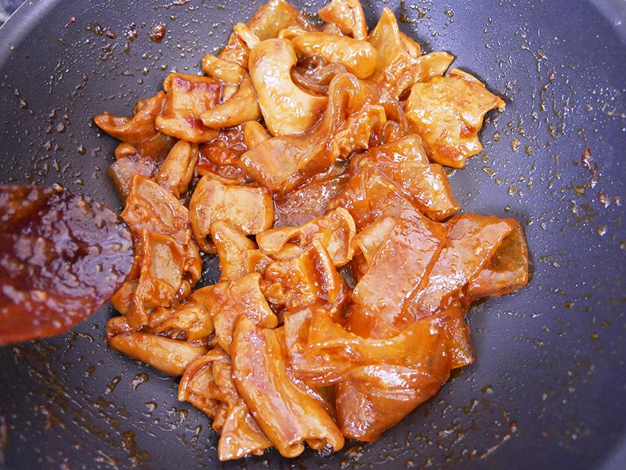 麺が柔らかくなるまで中火で炒めます